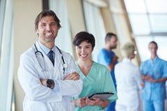 Groupe de personnel médical à l'hôpital photos stock