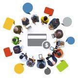 Groupe de personnes à l'aide des dispositifs avec le concept financier Images stock