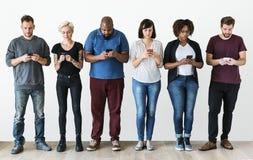 Groupe de personnes à l'aide du téléphone portable Image libre de droits