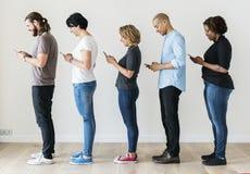 Groupe de personnes à l'aide du téléphone portable Photos stock