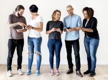 Groupe de personnes à l'aide du téléphone portable Images libres de droits