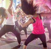 Groupe de personnes à la classe de danse urbaine images libres de droits