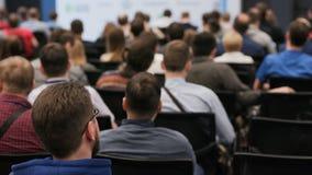 Groupe de personnes à la conférence dans l'amphithéâtre banque de vidéos