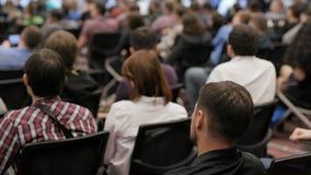Groupe de personnes à la conférence dans l'amphithéâtre clips vidéos