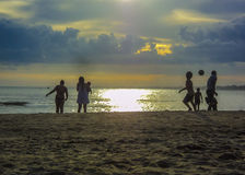 Groupe de personnes à la plage Photographie stock libre de droits