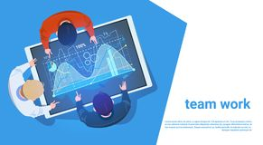 Groupe de personnes à la Tablette de Digital avec le concept de Team Working With Data Teamwork de graphique de finances Image stock