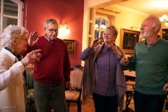 Groupe de personnes âgées souriant et dansant ensemble Images libres de droits