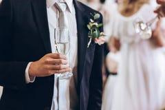Groupe de personnes élégantes tenant des verres de champagne au luxe W Photographie stock libre de droits