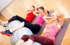 Groupe de personnes établissant dans la classe de pilates Image stock