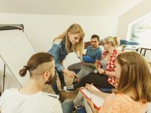 Groupe de personnes étudiants travaillant ensemble Photo libre de droits