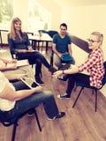 Groupe de personnes étudiants travaillant ensemble photographie stock