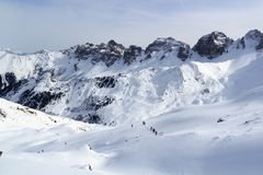 Groupe de personnes alpinisme de ski et panorama de neige de montagne dans des Alpes de Stubai image libre de droits