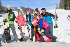 Groupe de personnes amis de sourire heureux de montagne de neige de Ski And Snowboard Resort Winter en vacances Photos libres de droits