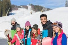 Groupe de personnes amis de sourire heureux de montagne de neige de Ski And Snowboard Resort Winter en vacances Photographie stock
