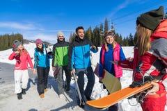 Groupe de personnes amis de sourire heureux de montagne de neige de Ski And Snowboard Resort Winter parlant des vacances Photographie stock libre de droits