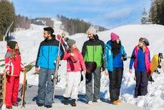 Groupe de personnes amis de sourire heureux de montagne de neige de Ski And Snowboard Resort Winter parlant des vacances Photographie stock