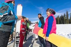 Groupe de personnes amis de sourire heureux de montagne de neige de Ski And Snowboard Resort Winter parlant des vacances Image stock