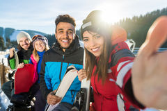 Groupe de personnes amis de sourire heureux de montagne de Ski Snowboard Resort Winter Snow prenant la photo de Selfie Images libres de droits