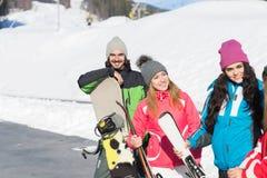 Groupe de personnes amis de sourire heureux gais de montagne de neige de Ski And Snowboard Resort Winter parlant des vacances Photographie stock