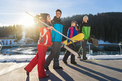 Groupe de personnes amis de sourire heureux gais de montagne de neige de Ski And Snowboard Resort Winter parlant des vacances photo stock
