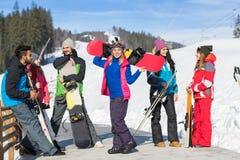 Groupe de personnes amis de sourire heureux gais de montagne de neige de Ski And Snowboard Resort Winter parlant des vacances Photo libre de droits