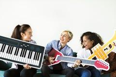 Groupe de personnes appréciant des icônes d'instrument de musique Photos libres de droits