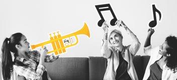 Groupe de personnes appréciant des icônes de musique Images stock