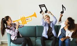 Groupe de personnes appréciant des icônes de musique Photos libres de droits
