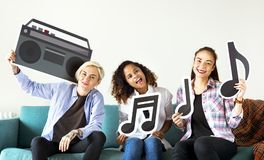 Groupe de personnes appréciant des icônes de musique Images libres de droits