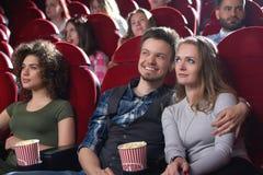 Groupe de personnes appréciant le film au cinéma Photo stock