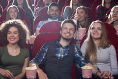 Groupe de personnes appréciant le film au cinéma Photographie stock