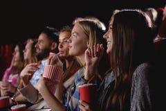 Groupe de personnes appréciant le film au cinéma Photo libre de droits