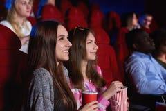 Groupe de personnes appréciant le film au cinéma Photos libres de droits