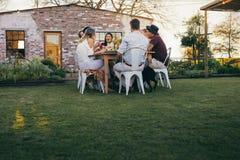 Groupe de personnes appréciant le repas d'été au restaurant Images stock