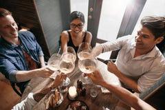 Groupe de personnes appréciant un verre de vin au café Photographie stock libre de droits
