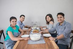 Groupe de personnes asiatiques prenant le déjeuner photos libres de droits