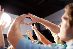 Groupe de personnes au concert dans le club Image libre de droits