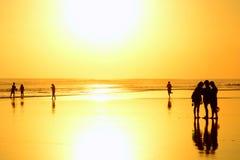 Groupe de personnes au coucher du soleil sur la plage Seminyak, Bali, Indonésie Image libre de droits