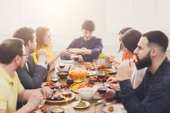 Groupe de personnes au dîner de fête de table photographie stock libre de droits
