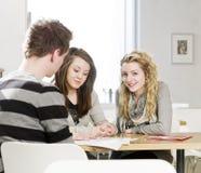 Groupe de personnes autour d'une table Images stock