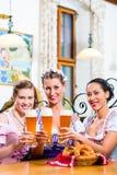 Groupe de personnes avec de la bière de blé dans le bar bavarois Photo stock