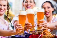 Groupe de personnes avec de la bière de blé dans le bar bavarois Image libre de droits