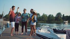 Groupe de personnes avec des boissons sur le pilier Photographie stock libre de droits