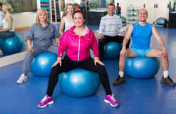 Groupe de personnes avec des boules dans le centre de fitness Images stock