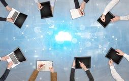 Groupe de personnes avec des dispositifs dans des mains travaillant aux ordinateurs portables et aux comprimés avec le concept en images stock