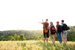 Groupe de personnes avec des sacs à dos dans la région sauvage Saison de camping Image libre de droits
