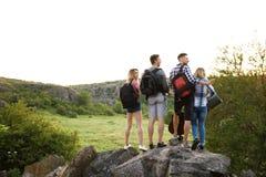 Groupe de personnes avec des sacs à dos dans la région sauvage Saison de camping Photo stock
