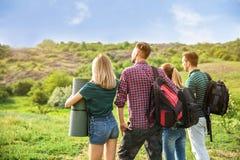 Groupe de personnes avec des sacs à dos dans la région sauvage Saison de camping Photos stock