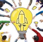 Groupe de personnes avec l'ampoule et Rocket Symbol Images libres de droits