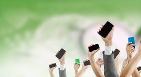 Groupe de personnes avec les mains augmentées Media mélangé images libres de droits